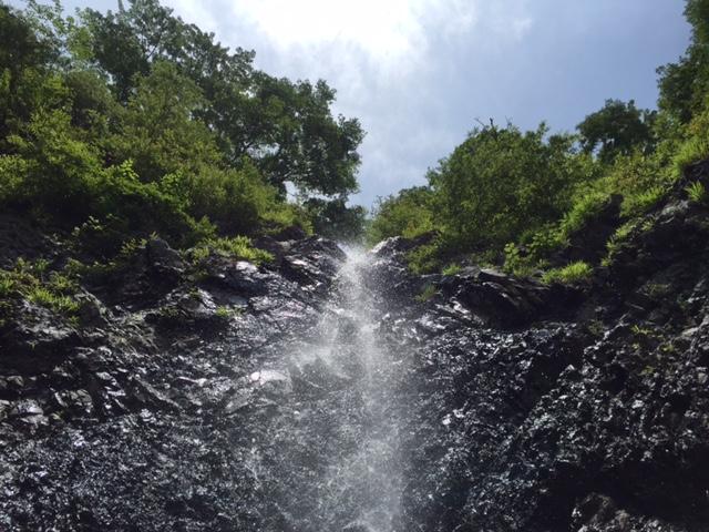 F8、滝が上から降ってきます