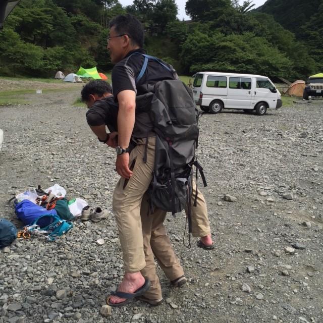 下山後、3人で救助トレーニング。ザックを逆さにして背負う。