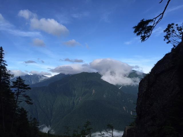 奥の二俣を越えたあたりの岩場から、白根三山を眺める。北岳はかさ雲になっており、間ノ岳、農鳥岳が見えました。