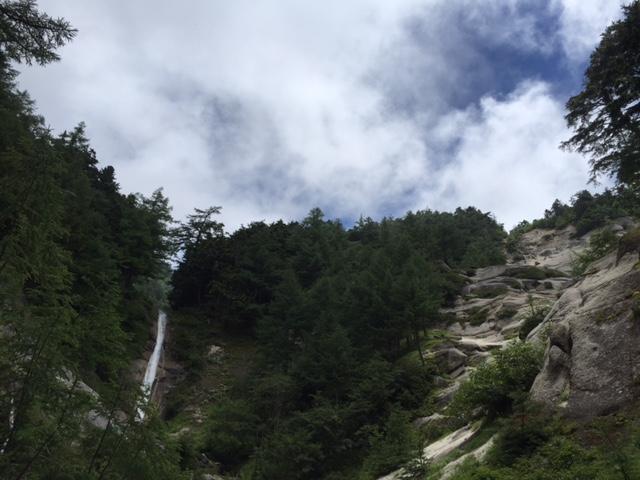 リードのmorimaroさんからオーーーという声が、、、その後にこの30メートルの白い滝と花崗岩の大スラブが見えてきました。