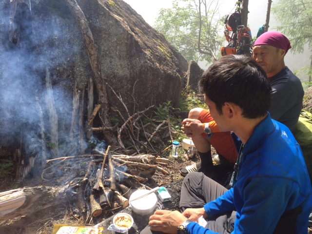 右俣へ進み、13時にビバーク地に到着。まずは、焚き火焚き火。みんなが枯れ木を集めてきてくれました。