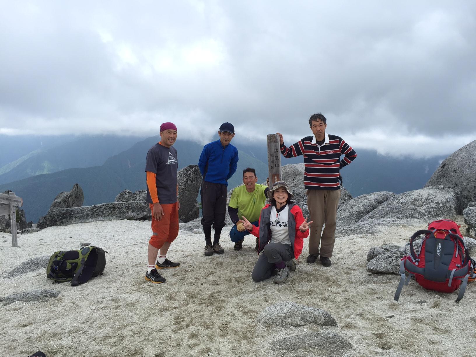 薬師岳の頂上にて。花崗岩が砂岩となって白い浜べのようです。