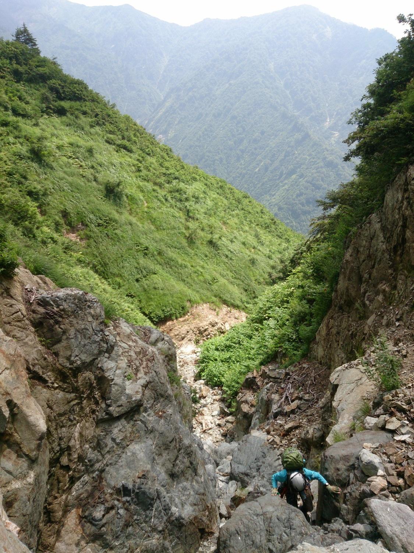 巨岩を縫うように攀じ登るgakuさん