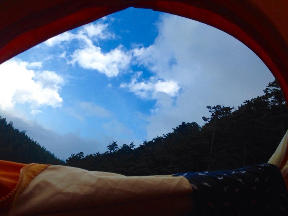 双子池テント場。流れる雲を見ながら夕飯までごろ寝。あ〜づがれだ〜