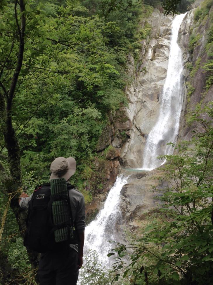 ドンドコ沢 南精進滝 滝を凝視するnabetake。もしかして登攀ルート探ってるでしょ。