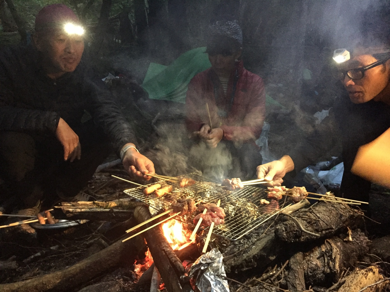 焚き火での牛の串焼き!