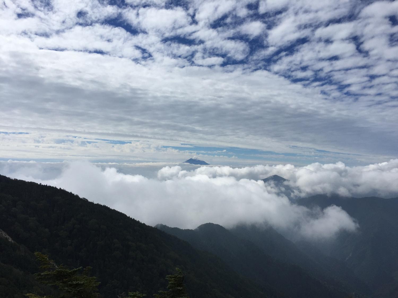 甲武信ヶ岳頂上からの景色。雲が秋を感じさせます。