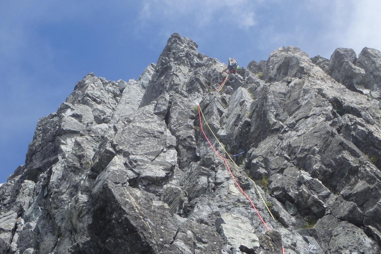岳さんロープをスカイラインへ伸ばす